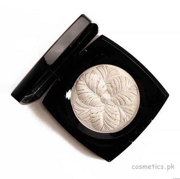 Chanel Camelia de Plumes Highlighter 1