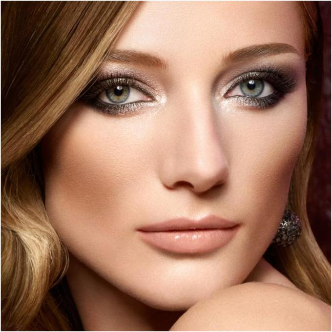Top 6 Small Eye Makeup Tips - Pale Eye Shadow on Lid